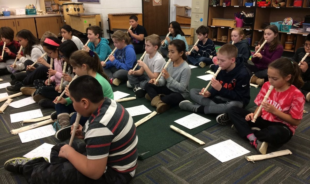 Making C and D notes with recorders in music class